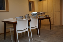 Keuken met zicht op voorraadkasten